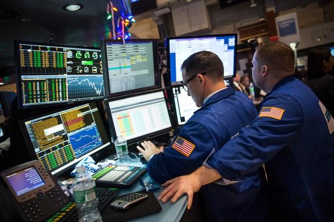 Dow Jones vượt mốc 18.000 điểm lần đầu tiên trong lịch sử