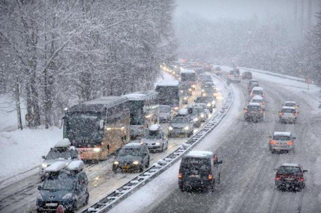 Tuyết dày đặc, giao thông ở Pháp, Anh gián đoạn