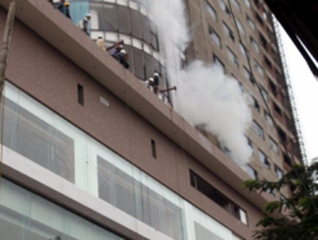 Hỏa hoạn ở tòa nhà 33 tầng, hàng trăm công nhân hoảng loạn