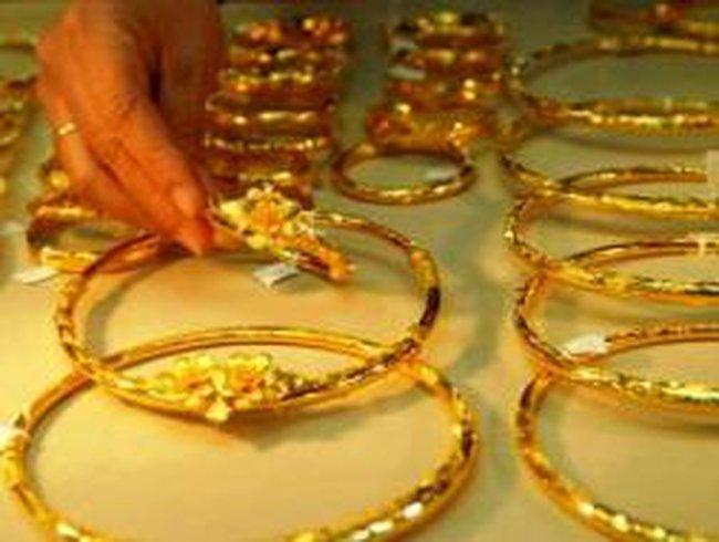 """Vàng thế giới sụt mạnh, vàng trong nước vẫn """"dửng dưng"""""""