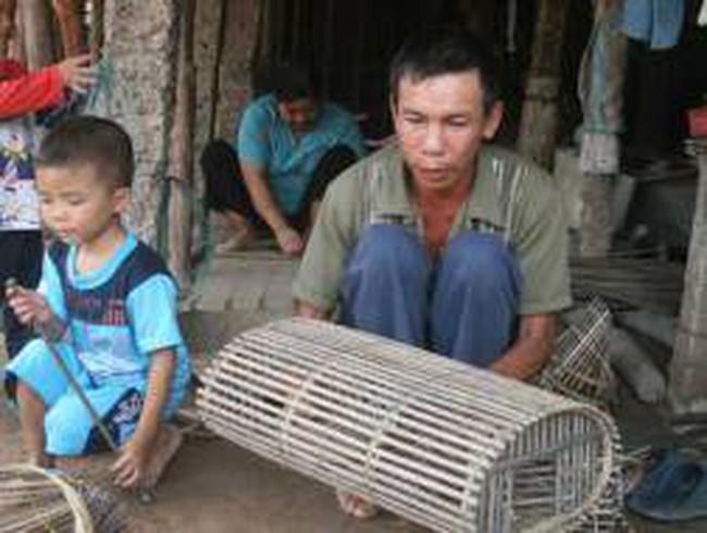 Sang Campuchia đặt lọp bắt cua đồng