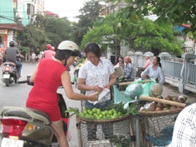 """Người dân """"tẩy chay"""" trái cây Trung Quốc vì sợ độc"""