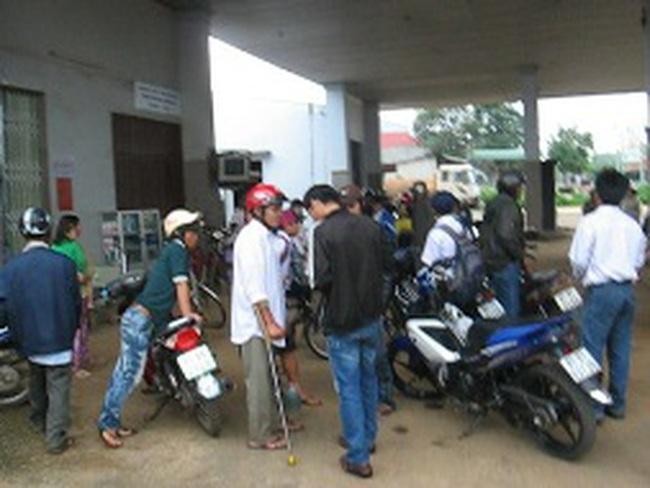 Xe chết máy, nhiều chủ phương tiện bao vây cây xăng