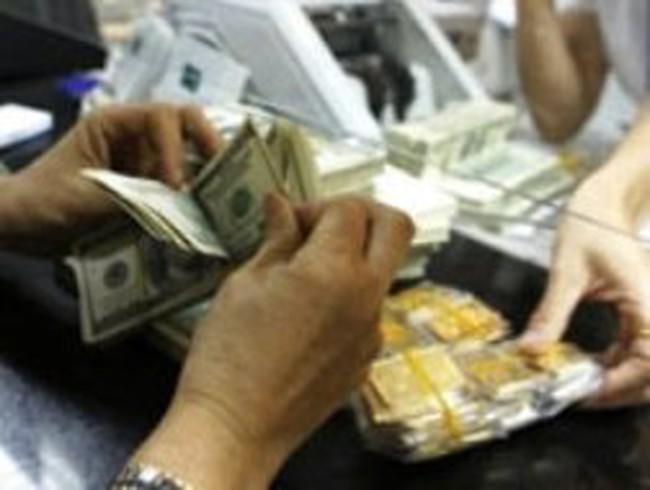 Giá vàng đảo chiều đi lên, USD tại Vietcombank quay đầu giảm 50 đồng