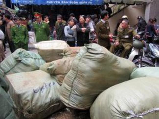 Hà Nội: Bắt giữ 6 tấn quần áo lậu