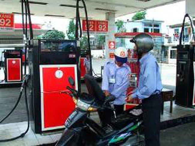 Giá dầu giảm 300 – 500 đồng/lít, giá xăng giữ nguyên