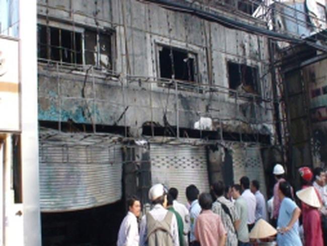 Cháy ngân hàng lan sang trung tâm điện máy
