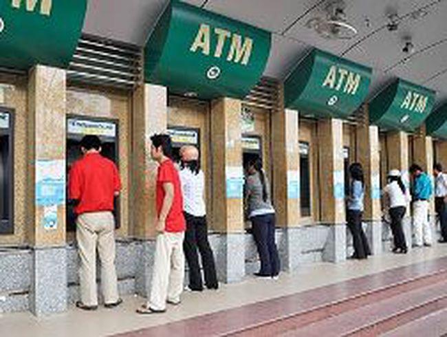 """Con số """"giật mình"""" từ phí ATM"""