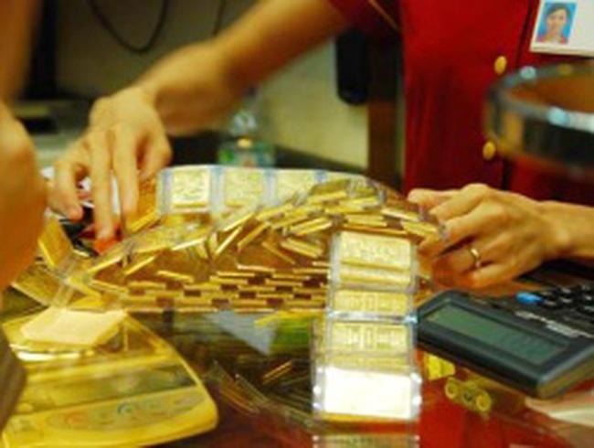 """Giá vàng lao dốc trong ngày đầu tiên """"siết"""" kinh doanh vàng miếng"""