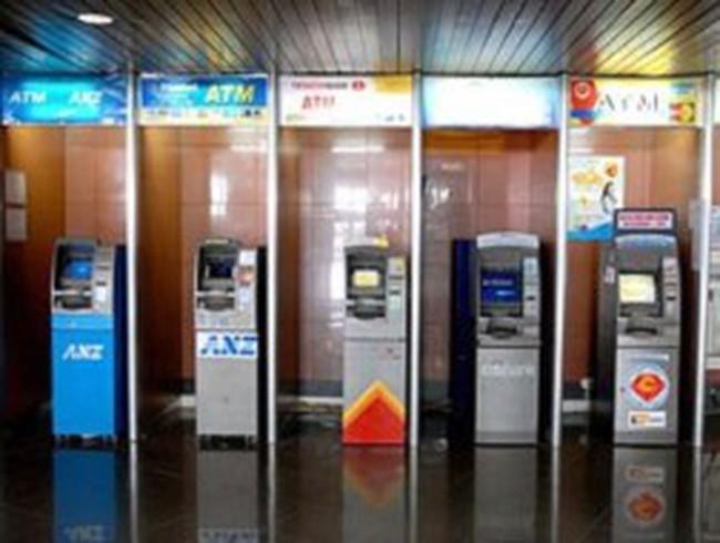 Nhiều ngân hàng cân nhắc việc thu phí ATM