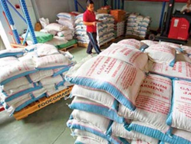 Nhờ mua tạm trữ, giá lúa nhích lên