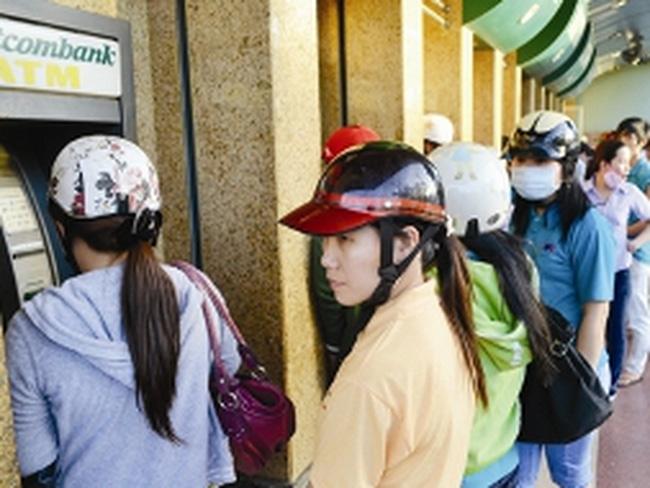Muôn vàn lận đận, rủi ro khi rút tiền ATM dịp cận tết