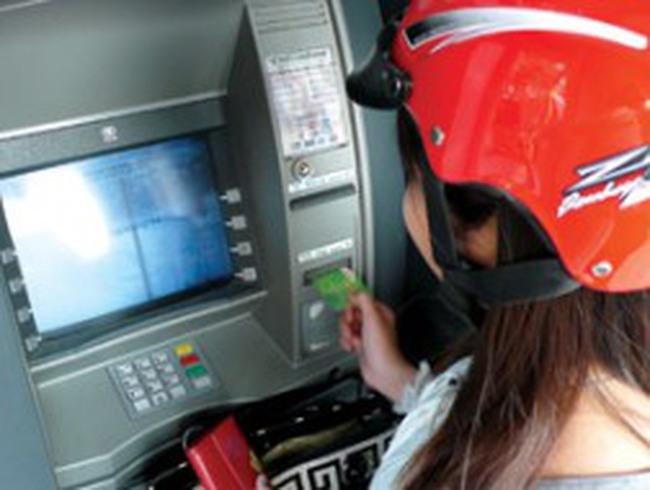 """""""Điểm danh"""" 8 ngân hàng thu phí ATM nội mạng"""
