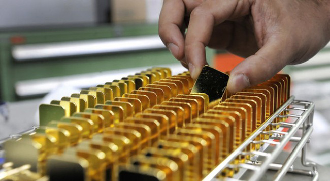 Giá vàng trượt mạnh trong phiên cuối tháng 10