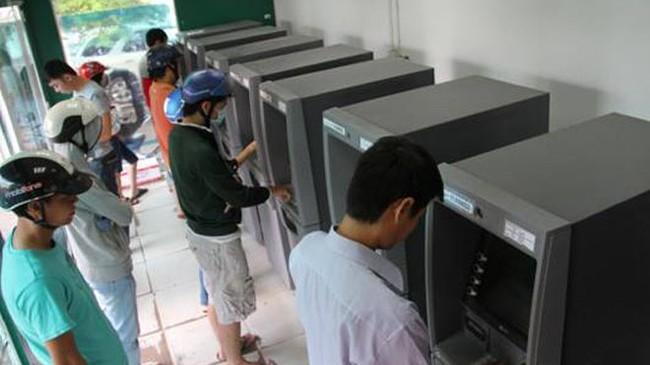 Cận Tết lại rồng rắn xếp hàng trước ATM