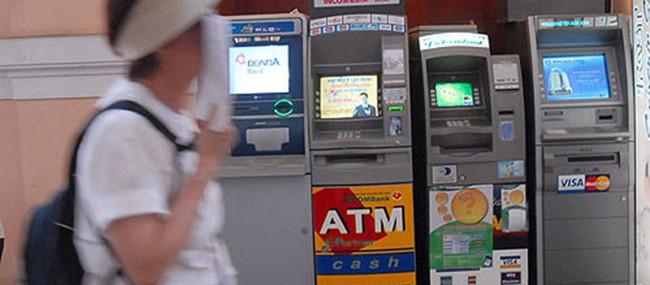 Người dùng đang đối mặt với 'rừng' phí giao dịch ATM