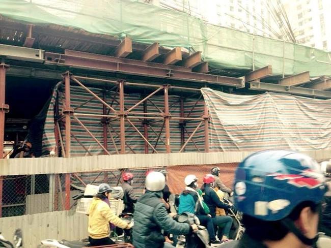 Sập giàn giáo công trình tại Hà Đông, 1 xe taxi bị đè nát