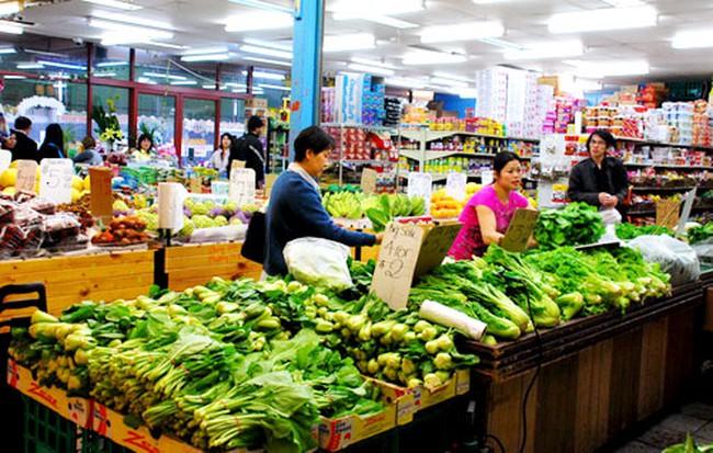 Người tiêu dùng vẫn thắt chặt chi tiêu