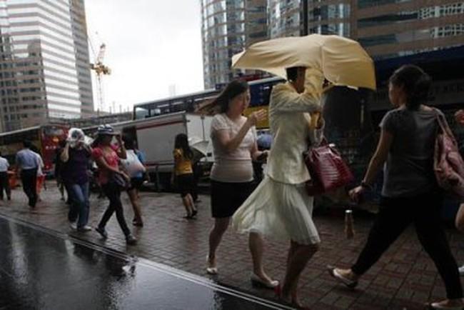 [Video] Siêu bão Vicente đổ bộ, các văn phòng và TTCK Hồng Kông đóng cửa