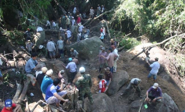 Hàng trăm người đổ xô xẻ núi vì tin đồn trúng trầm tiền tỉ