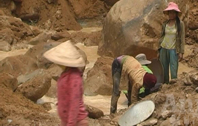 Tan hoang sau cơn lốc khai thác vàng sa khoáng