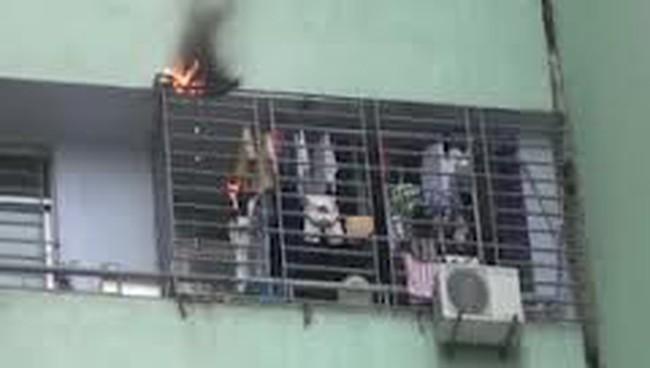 Cháy chung cư N03 Dịch Vọng, hàng trăm người hoảng loạn