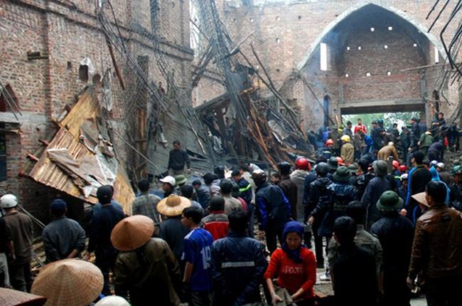 """""""Lộ"""" nguyên nhân sập mái vòm nhà thờ 50 người thương vong"""