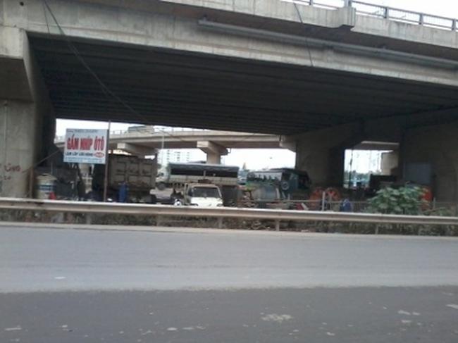 Đề nghị xóa bỏ tình trạng kinh doanh bãi xe dưới gầm cầu