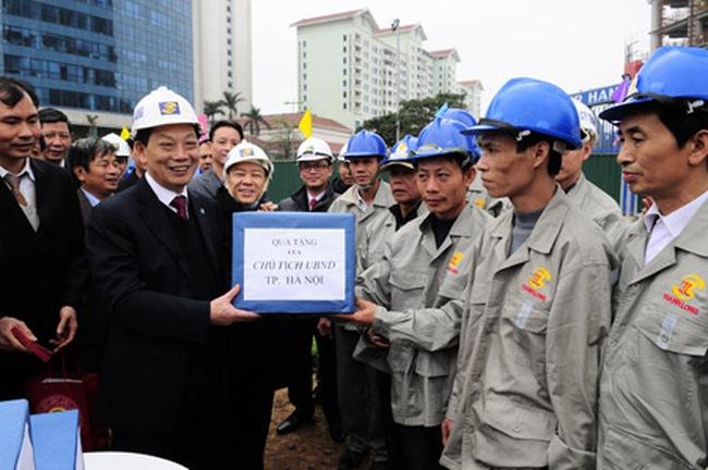 Chủ tịch Nguyễn Thế Thảo chúc Tết CBCNV đang làm việc trên công trình cầu vượt