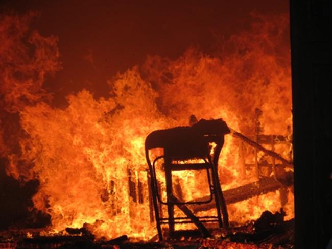 Cháy dữ dội tại nhà hát lớn nhất Quảng Bình