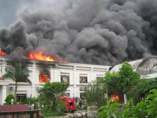 Cháy lớn tại công ty may, thiêu rụi cả nghìn xe máy