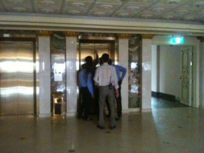 Tràng Tiền Plaza mất điện, khách kẹt trong thang máy