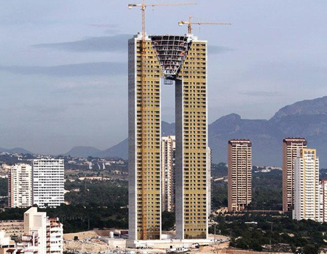 Nhà chọc trời 47 tầng quên lắp thang máy