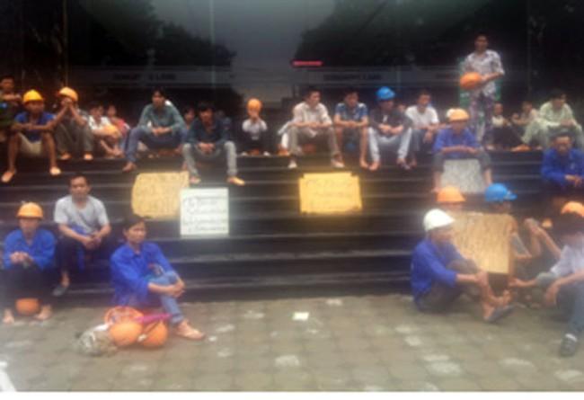 """Công nhân """"vây"""" dự án chung cư Sông Hồng Park view đòi tiền công"""