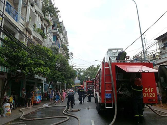 """TPHCM: Cháy chung cư Vườn Lài, """"giải cứu"""" được... xấp tiền USD"""
