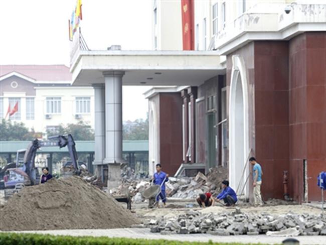 Muôn kiểu lãng phí tiền công: Trụ sở vừa xây đã sửa