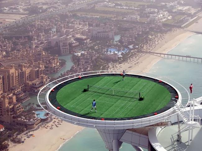 Choáng ngợp với sân tennis trên nóc tòa nhà cao nhất thế giới