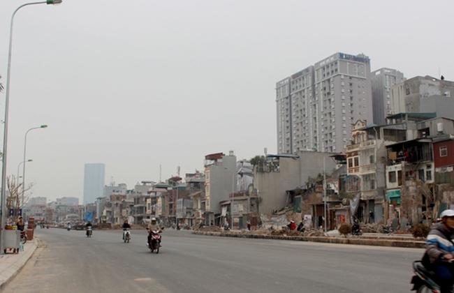 """Hà Nội: La liệt nhà """"dị dạng"""" trên con đường 1 tỷ đồng/mét"""