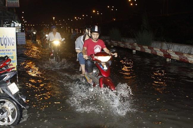 TP.HCM: Mưa lớn, tầng hầm cao ốc chìm trong biển nước
