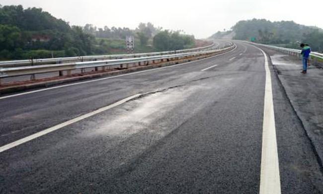 Bộ GTVT yêu cầu xử lý vụ nứt đường cao tốc Nội Bài - Lào Cai  sau 2 ngày thông xe