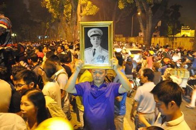 Người dân được đến nhìn mặt Đại tướng trong lễ viếng