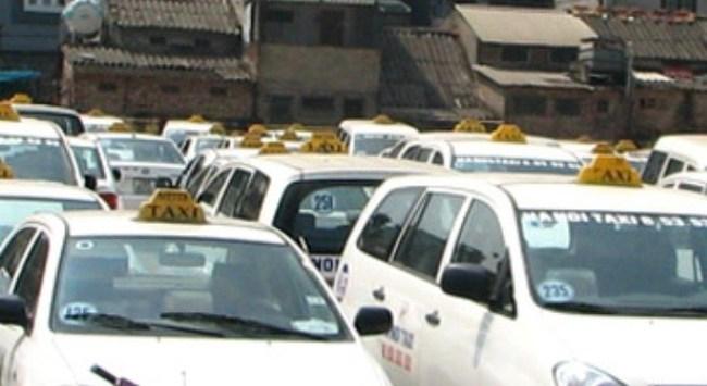 """Hàng loạt hãng taxi """"dính"""" xử phạt, tước giấy phép"""