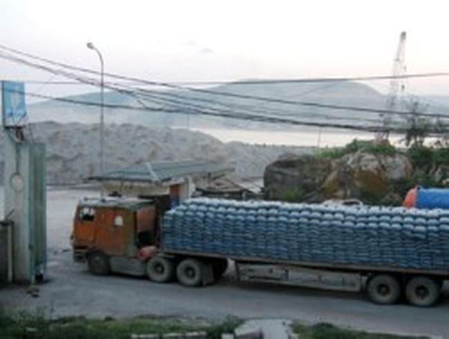 Hàng nghìn tấn hàng ùn ứ tại cảng Nghi Sơn