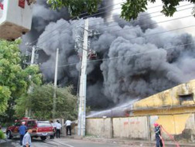Vụ cháy cực lớn: Kho hàng 2.000m2 và hàng trăm tỉ đồng ra tro