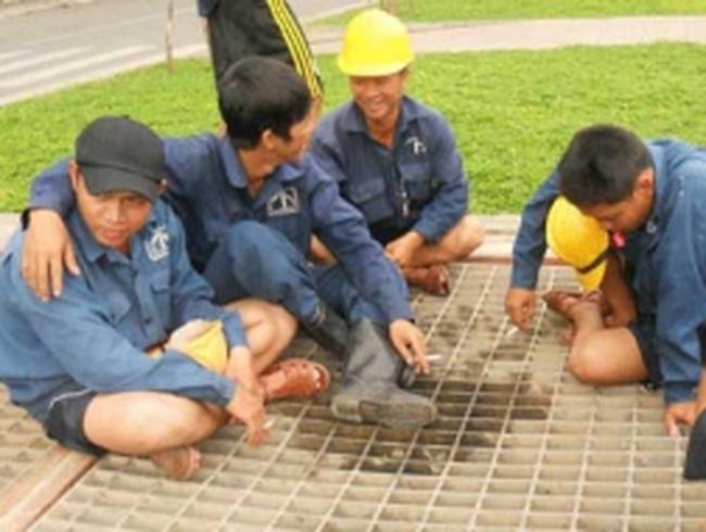 Công nhân ngâm mình dưới cống 'nuôi' sếp
