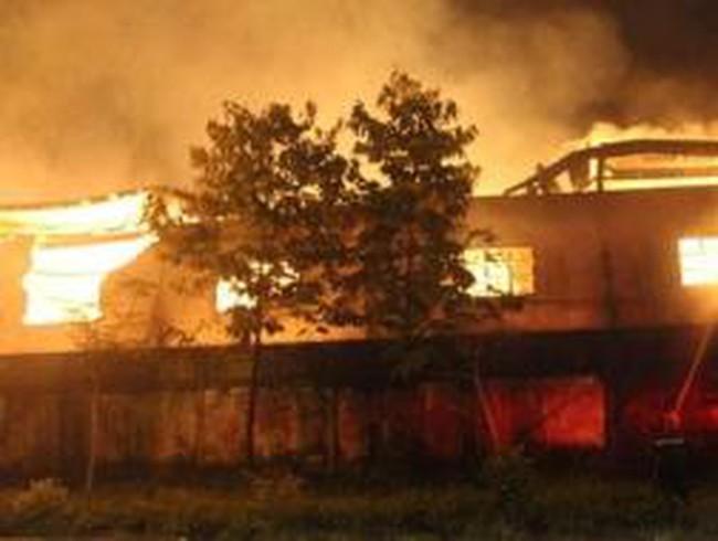 Cháy công ty gỗ, gần 1.000 m2 nhà xưởng bị thiêu rụi