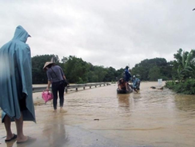 Mưa lũ miền Trung: Nước lũ chạm nóc nhà, đường sá bị cô lập