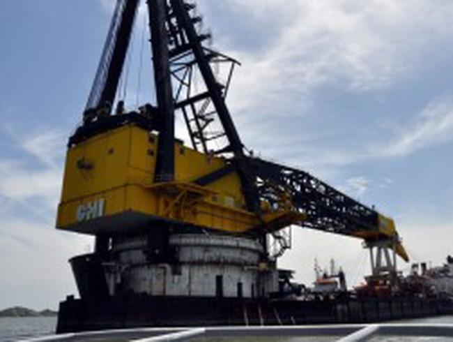 Cận cảnh tàu cẩu 25.000 tấn cháy ròng rã gần 12 giờ