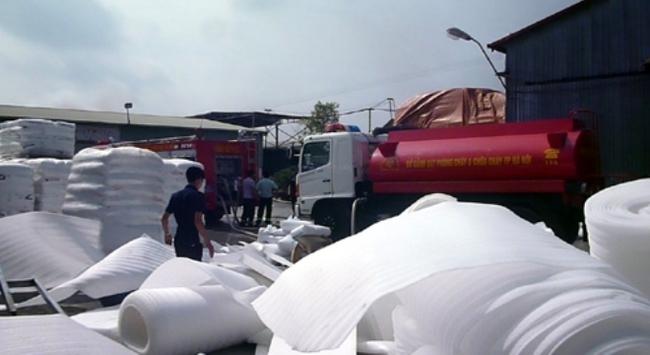 Hà Nội: Cháy lớn tại công ty đệm mút