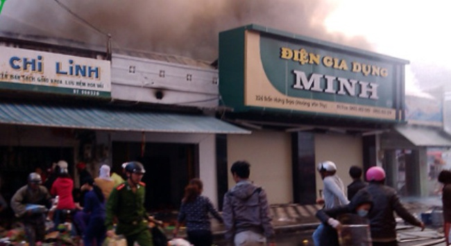 Cháy lớn gần Trung tâm Thương mại TP Kon Tum